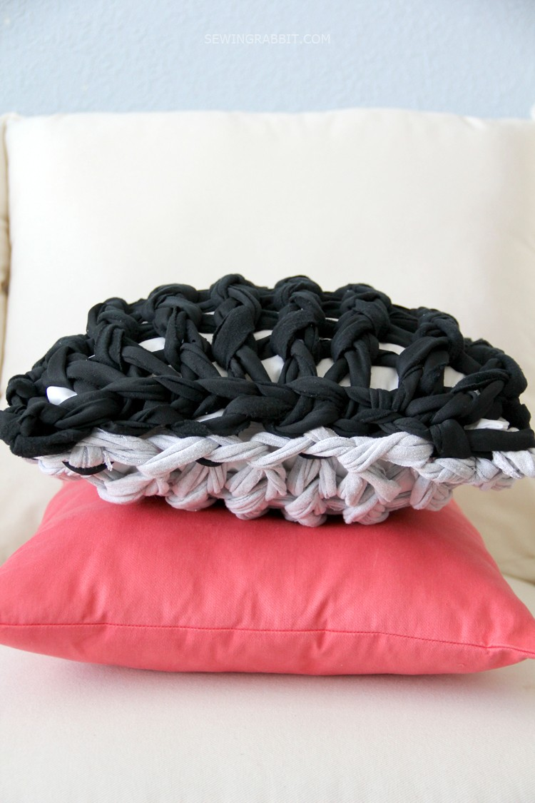 arm knit pillow DIY - this is so easy, and so fun!