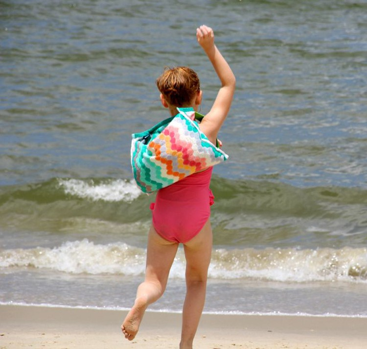 Towel Backpack DIY --- 24 DIYs to help you get ready for Summer Vacation.