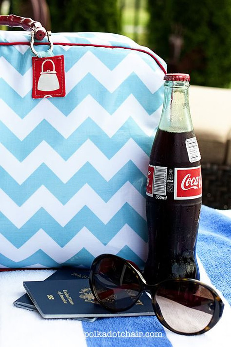 Retro Travel Bag --- 24 DIYs to help you get ready for Summer Vacation.