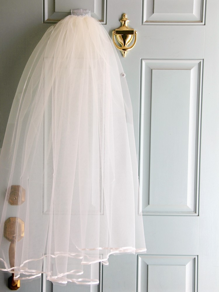 how to put on a birdcage veil