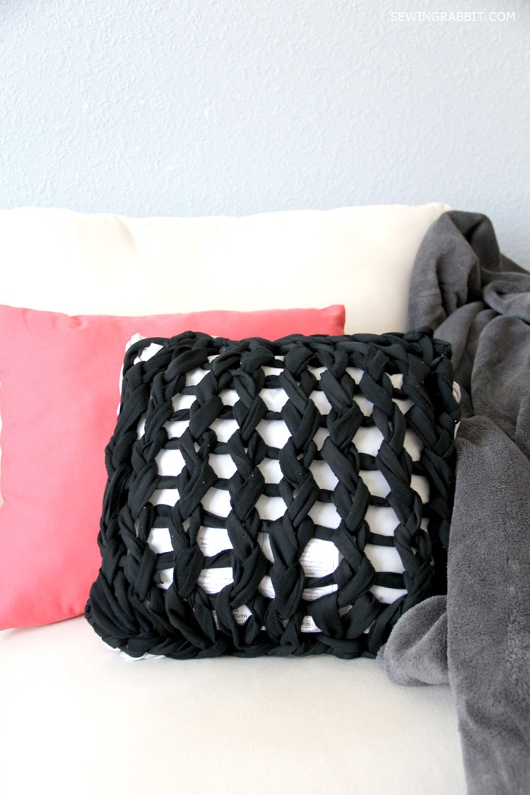 arm knit pillow DIY - so easy, and so fun!