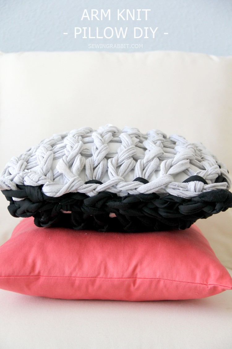 Arm knit a pillow, so fun and so easy! Get the DIY
