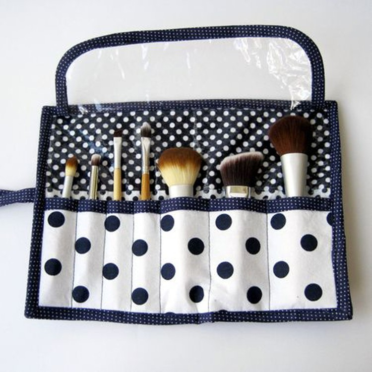 Make Up Brush Roll --- 24 DIYs to help you get ready for Summer Vacation.