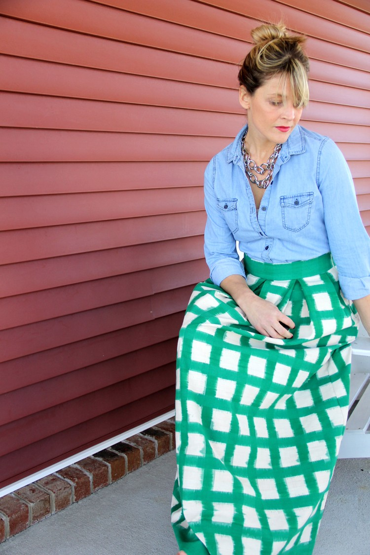 Make an easy pleated maxi skirt! Perfect for Spring, Summer, or Fall!